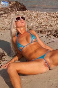 Candy-Blond-hot-girl-at-the-beach-o1u0fw7i4e.jpg