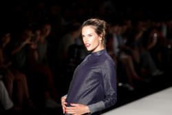 http://img170.imagevenue.com/loc504/th_173885405_alessandra_ambrosio_walks_colcci_22_jan_2011_6_122_504lo.jpg